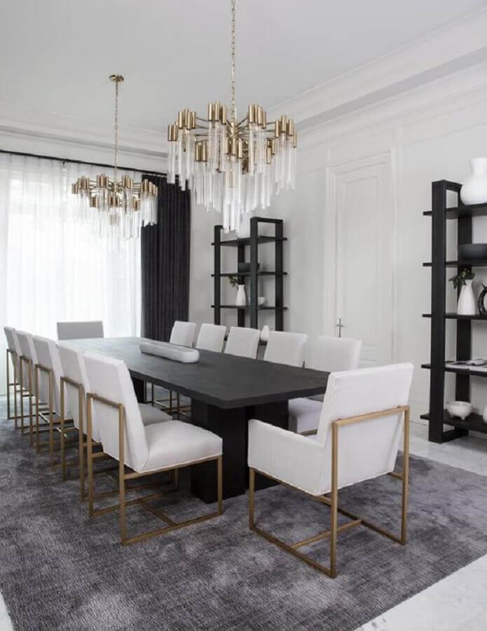 mesa com cadeira acolchoada para sala de jantar sofisticada decorada com lustre moderno  Foto Apartment Therapy