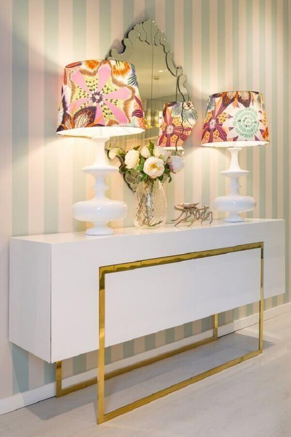 Modelo de aparador branco moderno com detalhe dourado