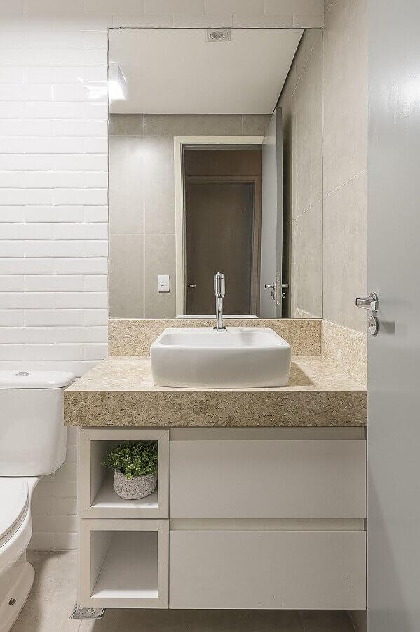 Modelo de armário para banheiro pequeno com cuba