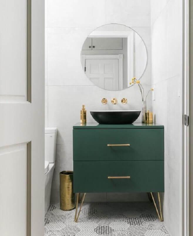 Modelo de armário para banheiro pequeno verde escuro com detalhes em dourado