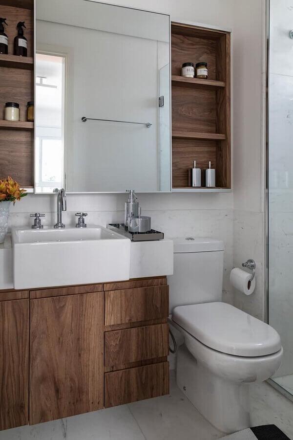 Modelo de espelheira e armário para banheiro pequeno de madeira