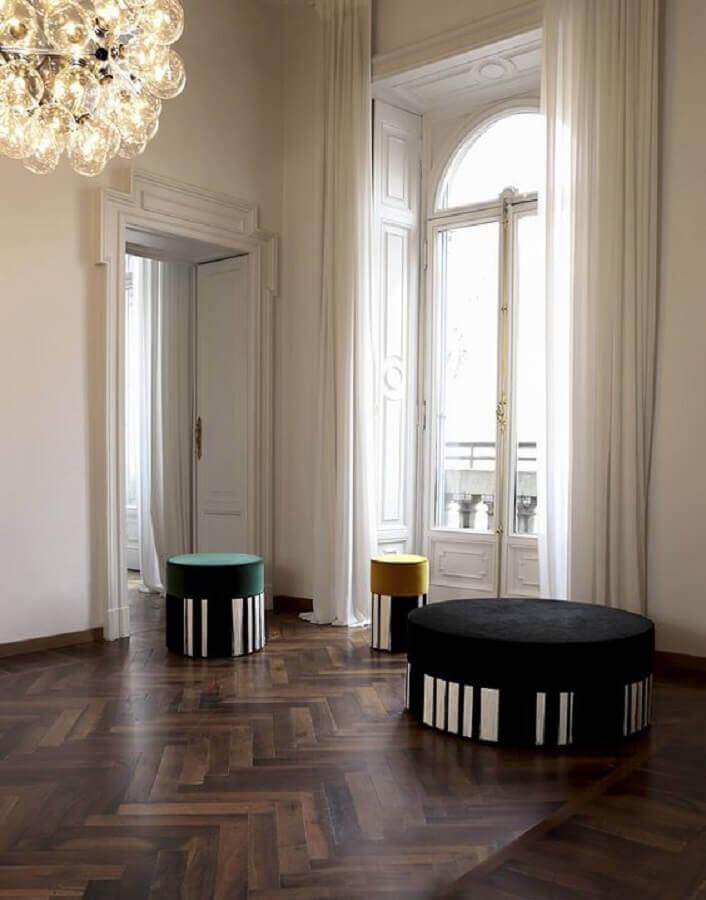 modelo de puff preto redondo com detalhe listrado Foto Lorenza Bozzoli Design