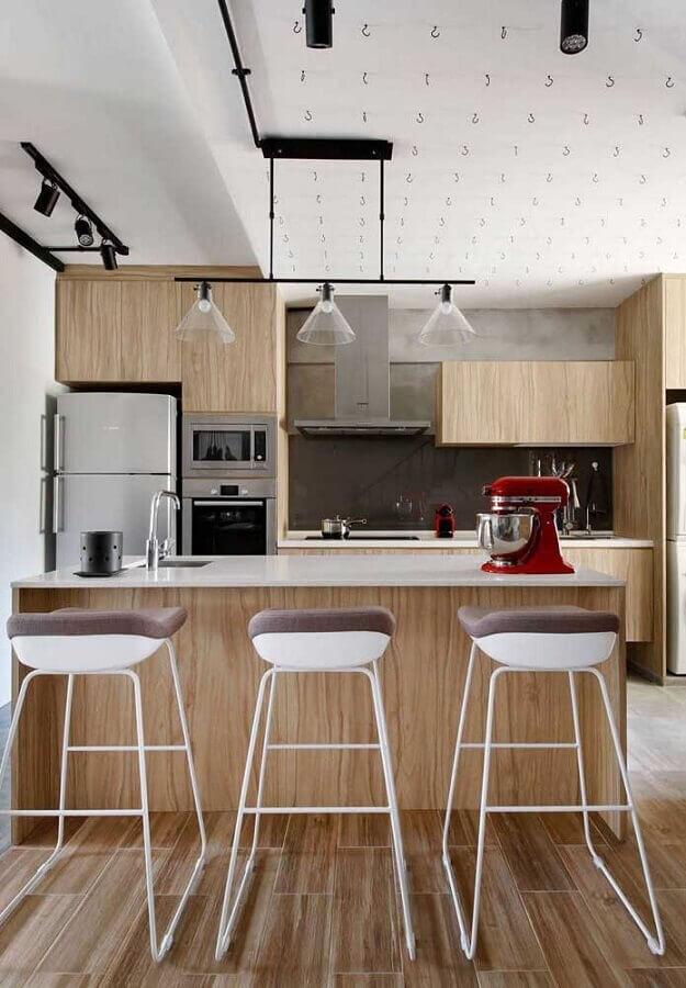 Modelo diferente de banquetas altas para bancada de cozinha de madeira planejada