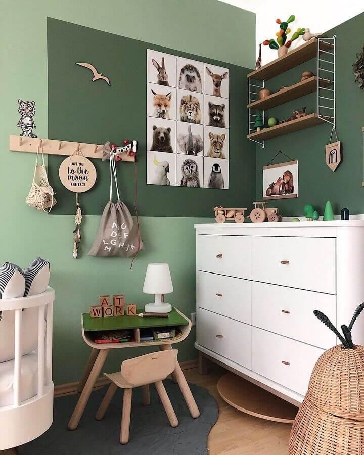 Paleta de cores verde para quarto infantil decorado com cômoda branca