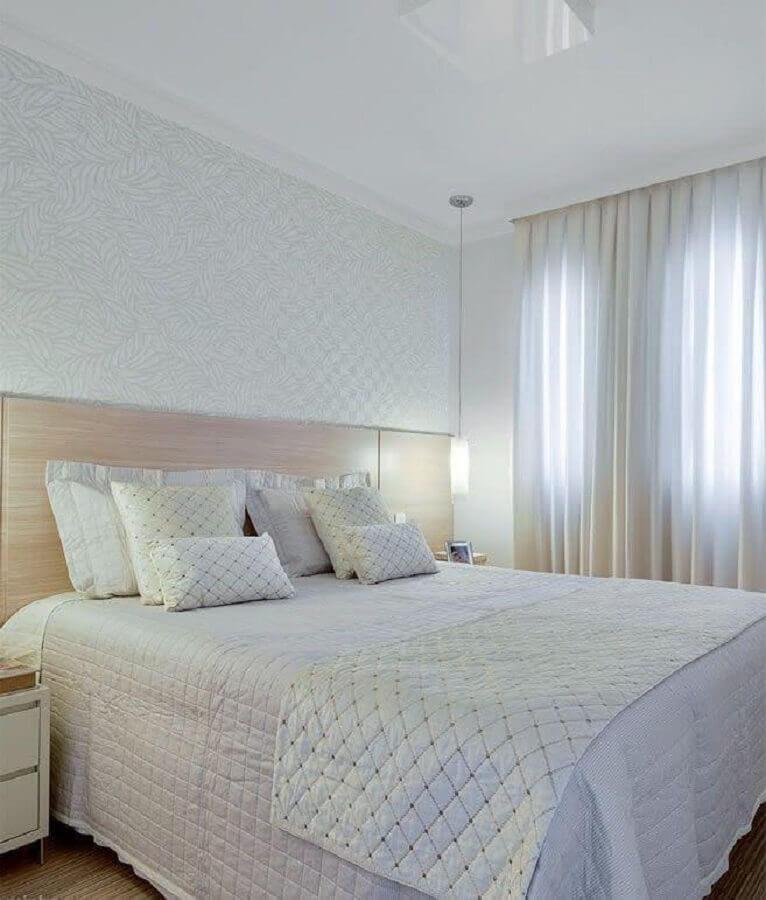 Papel de parede delicado para decoração de quarto de casal simples com cabeceira de madeira