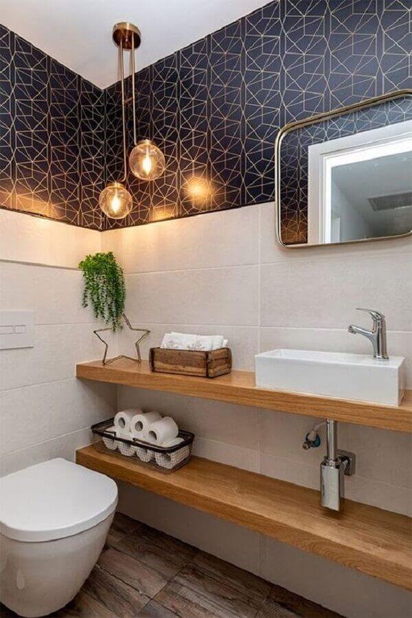 papel de parede preto para decoração de banheiro social com bancada de madeira Foto Histórias de Casa