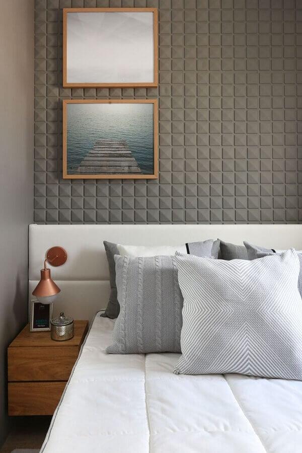 Parede 3D cinza para quarto decorado com cabeceira branca com criado mudo de madeira