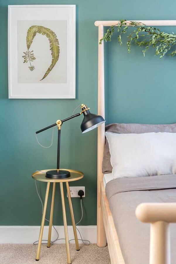 Parede cor verde água para decoração de quarto com mesa lateral redonda