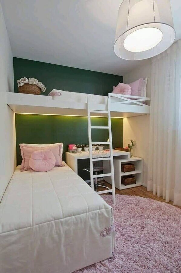 Parede cor verde escuro para decoração de quarto planejado com cama suspensa e decorado com tapete rosa redondo