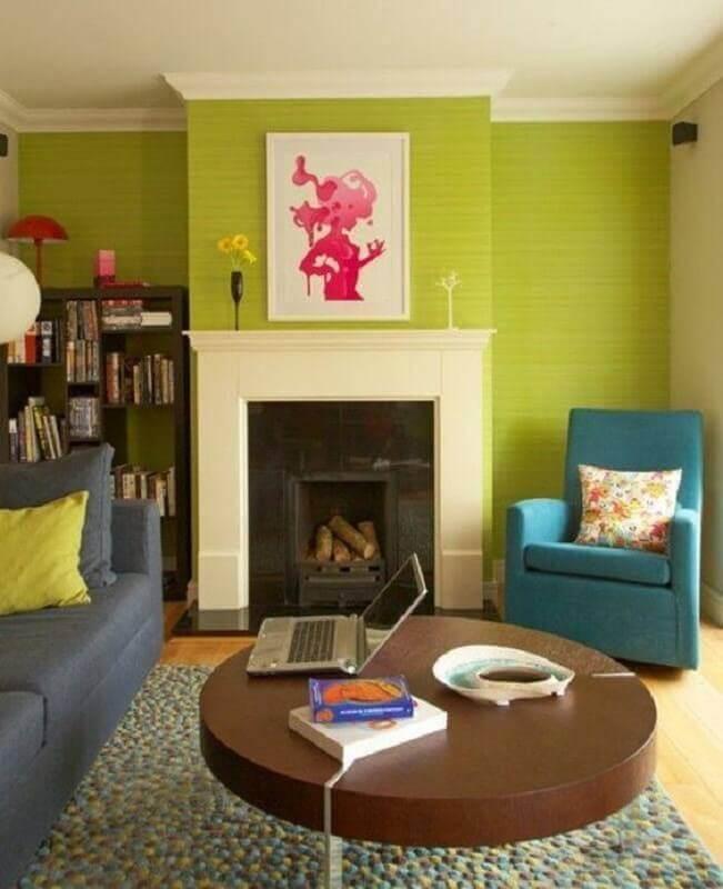 Parede cor verde limão para sala decorada com lareira