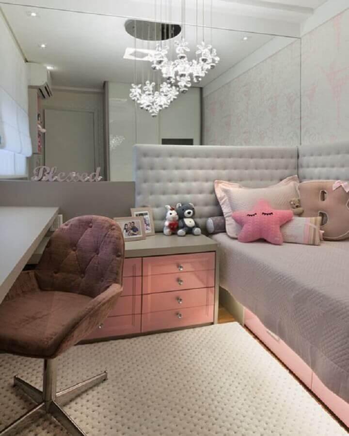 Parede espelhada para decoração de quarto de solteiro feminino pequeno com cabeceira estofada