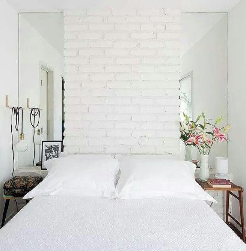 Parede tijolinho branca para decoração de quarto de casal simples e pequeno