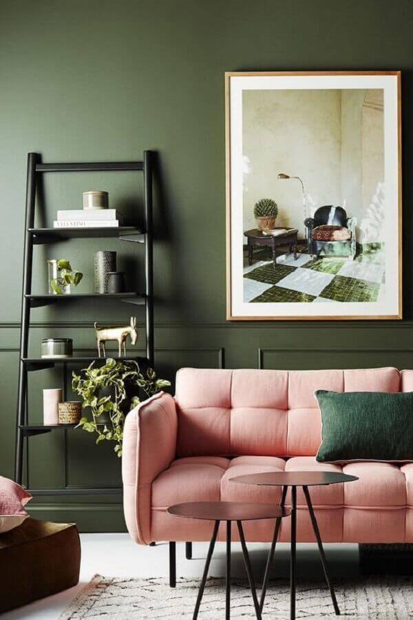 parede verde oliva para decoração de sala com sofá rosa  Foto Côté Maison
