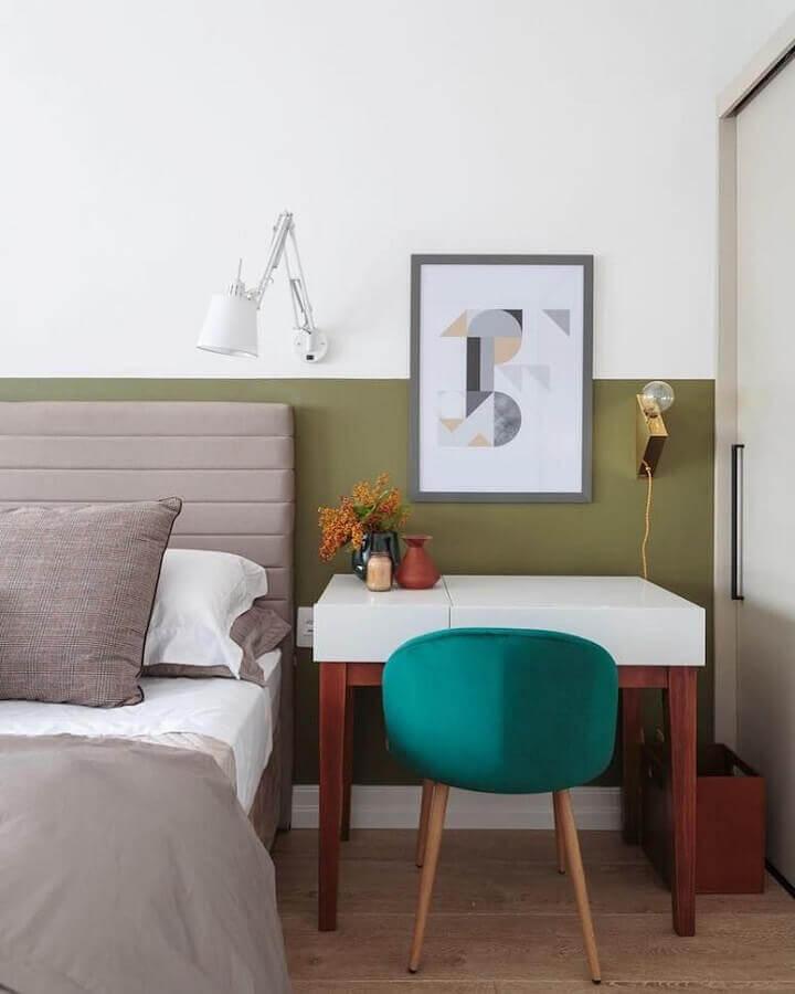 parede verde oliva para quarto de casal decorado com cabeceira cinza  Foto Maurício Arruda
