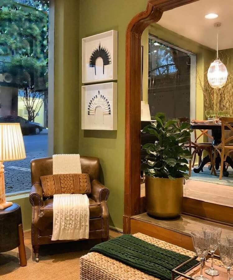 parede verde oliva para sala decorada com poltrona de couro marrom Foto Gustavo Paschoalim Arquitetura
