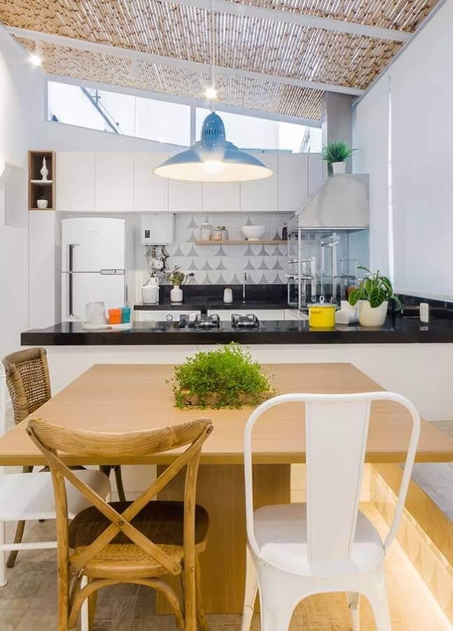 Pendente colorido para área gourmet simples decorada com churrasqueira de vidro
