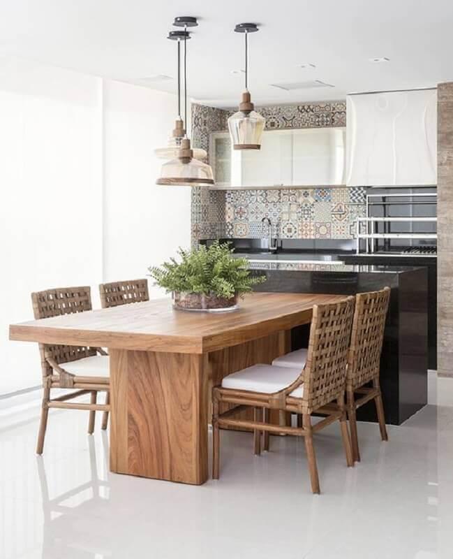 Pendente de vidro para área gourmet decorada com mesa de madeira integrada à bancada preta