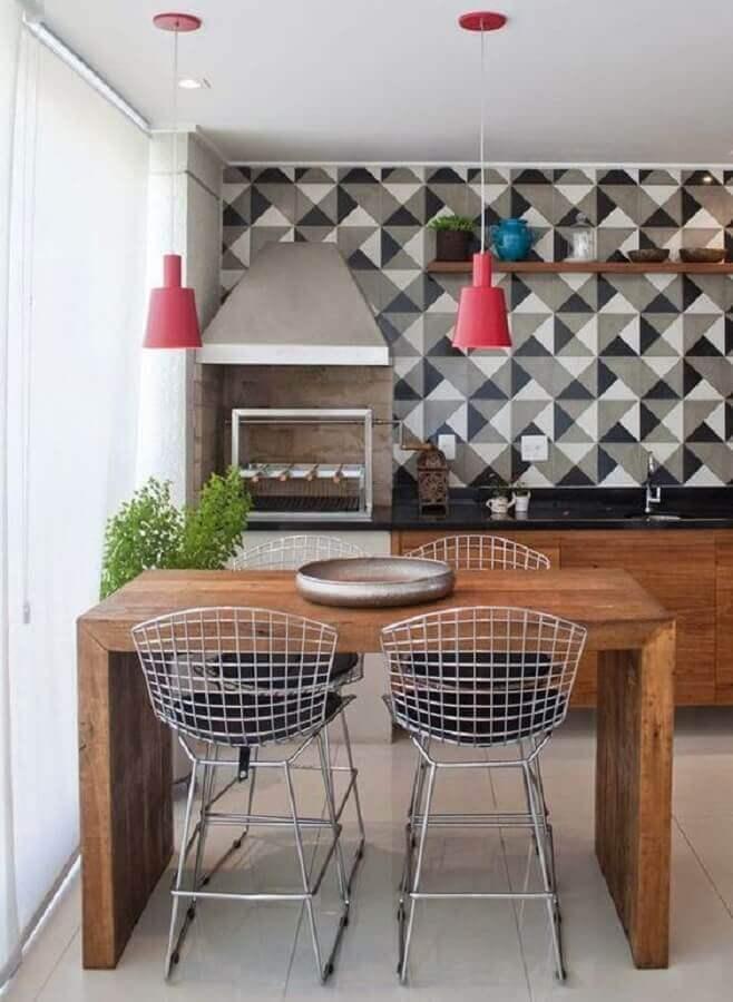 Pendente para área gourmet decorada com bancada de madeira pequena e revestimento geométrico