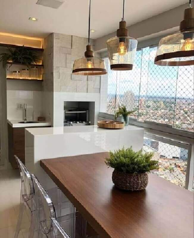 Pendente para área gourmet moderna planejada com revestimento 3D e mesa de madeira