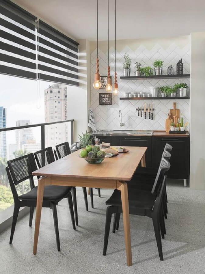 Pendente para área gourmet preta e branca decorada com mesa de madeira