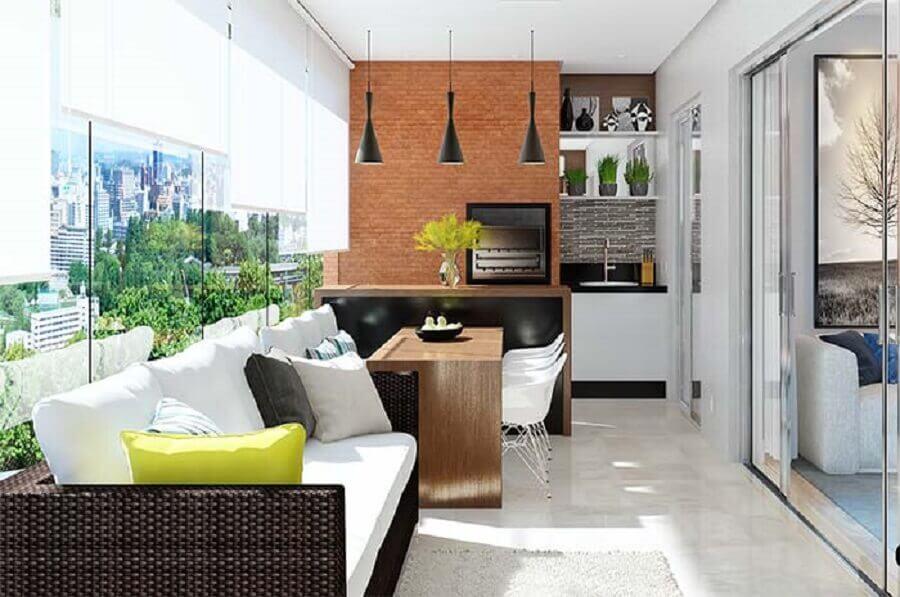Pendente para balcão de área gourmet decorada com bancada de madeira e parede tijolinho