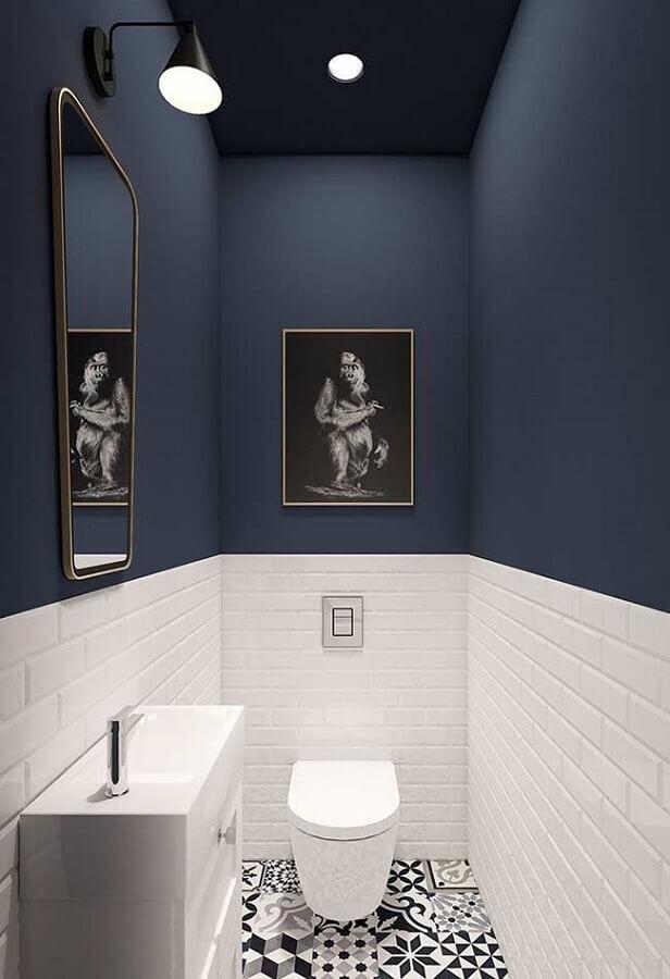 piso antigo para decoração de banheiro azul marinho e branco pequeno Foto Jeito de Casa