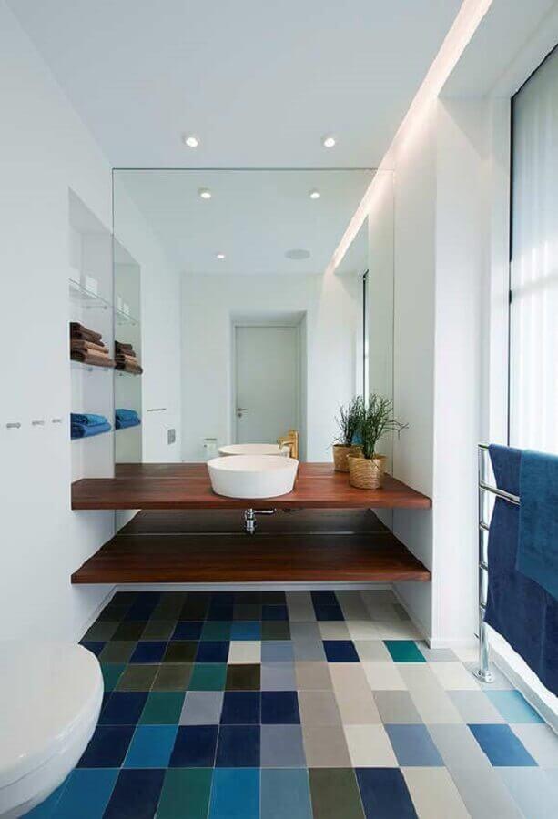 piso para banheiro azul e branco decorado com bancada de madeira Foto Houzz