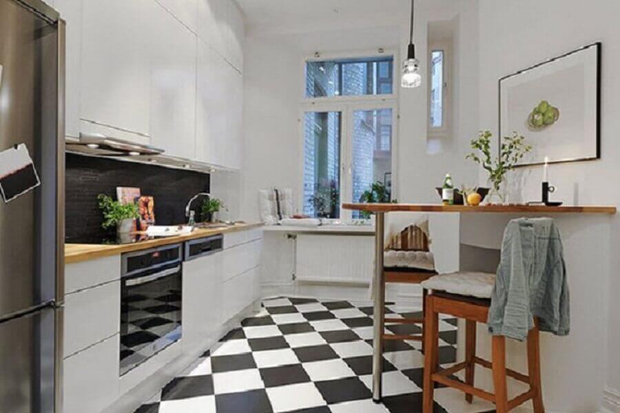 Piso preto e branco xadrez para cozinha planejada em L