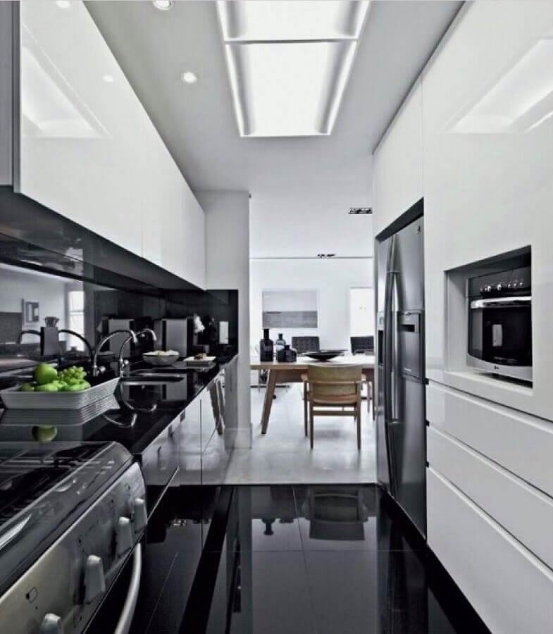 Piso preto para cozinha planejada preto e branca