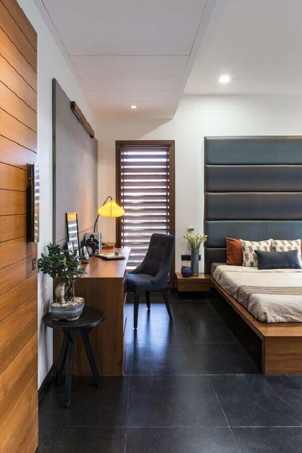 Piso preto para quarto amplo decorado com escrivaninha de madeira