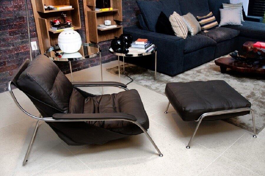 poltrona com puff preto para decoração de sala de estar  Foto Juliana Pippi