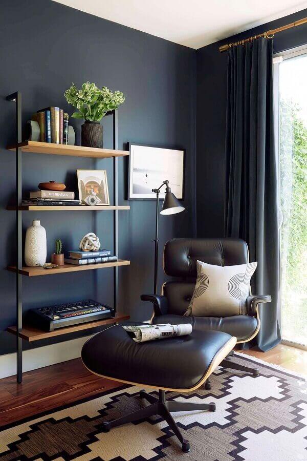 poltrona com puff preto para decoração de sala com parede preta Foto Follow the Colours