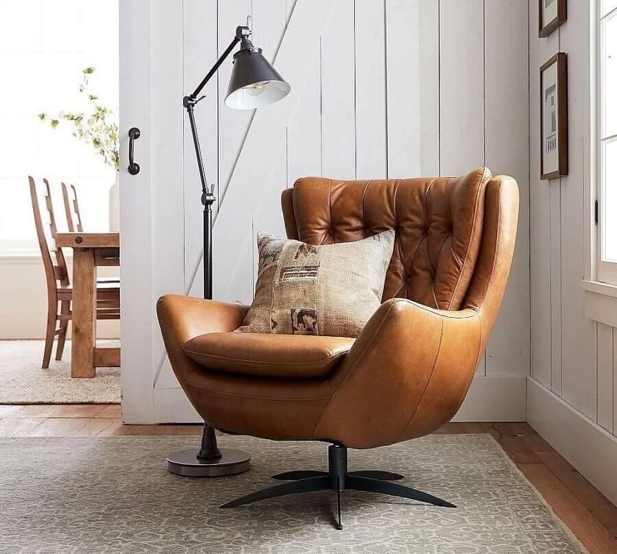 poltrona marrom capitonê para decoração de sala com luminária de piso  Foto Pottery Barn