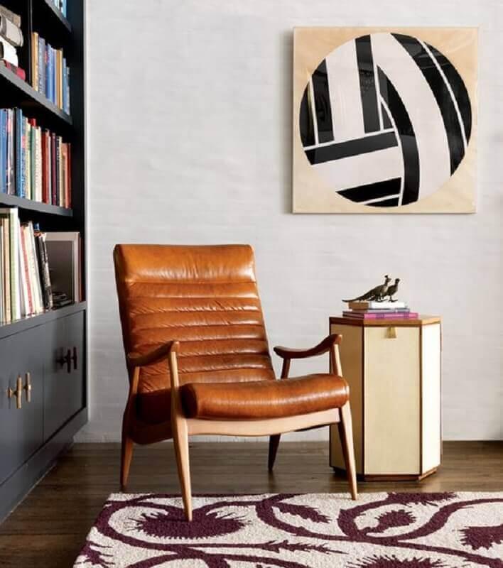 poltrona marrom de couro para sala decorada com estante de livros  Foto Home Fashion Trend