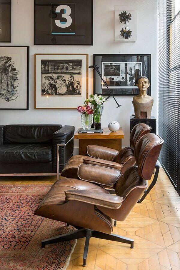 poltrona marrom escuro para decoração de sala com sofá de couro preto  Foto Casa de Valentina