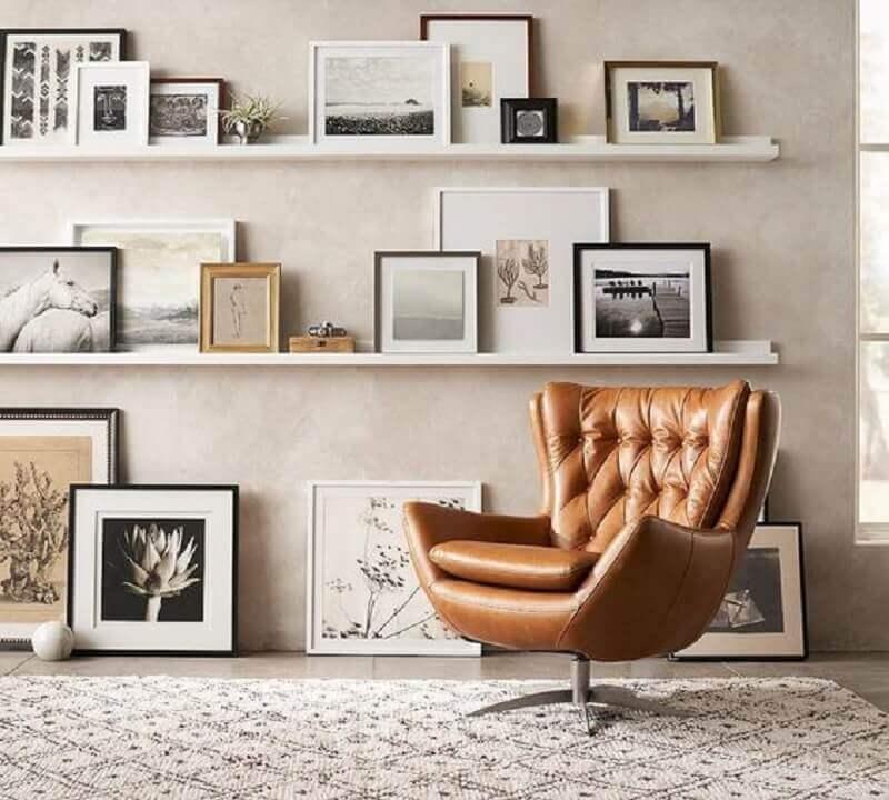 poltrona marrom giratória para decoração de sala com parede de cimento queimado Foto Pinterest