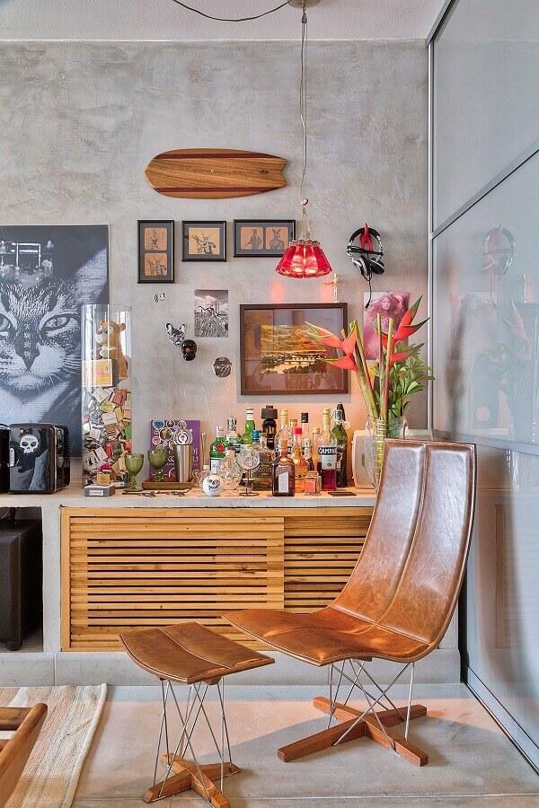 poltrona marrom moderna para decoração de sala com parede de cimento queimado  Foto Casa de Valentina