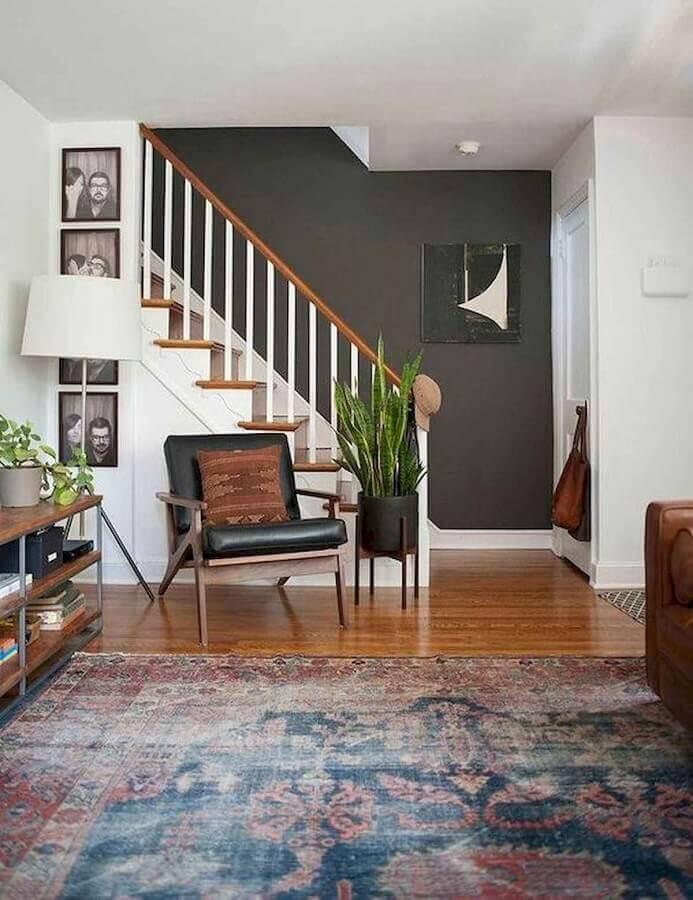 Poltrona preta de madeira para sala de estar decorada