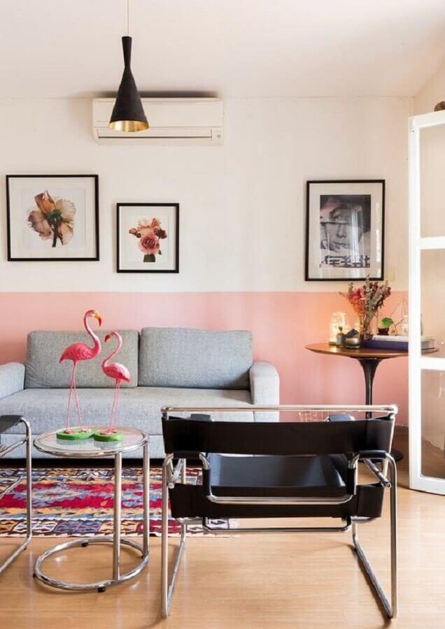Poltrona preta moderna para decoração de sala rosa com sofá cinza