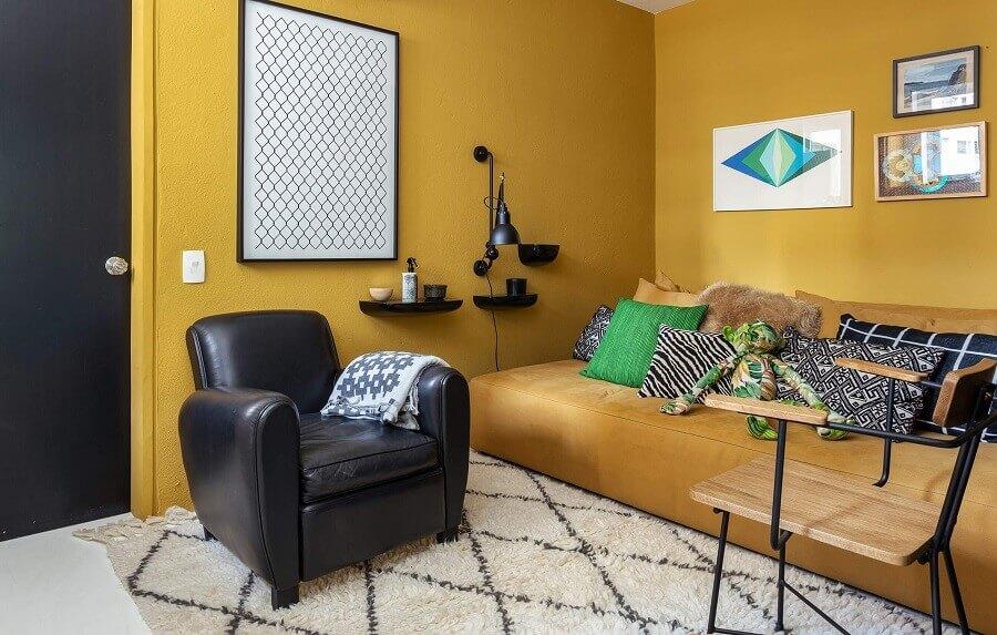 Poltrona preta para decoração de sala amarela