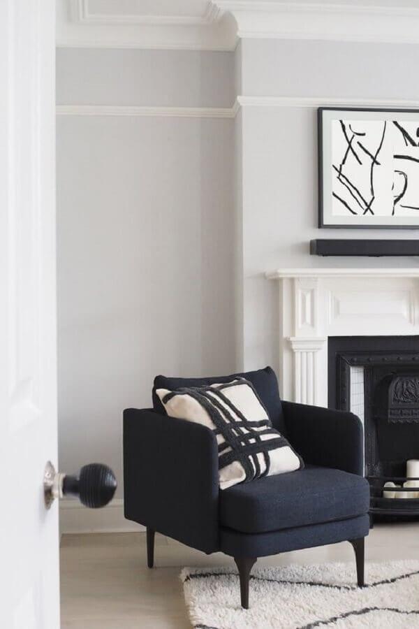 Poltrona preta para decoração de sala clássica com lareira