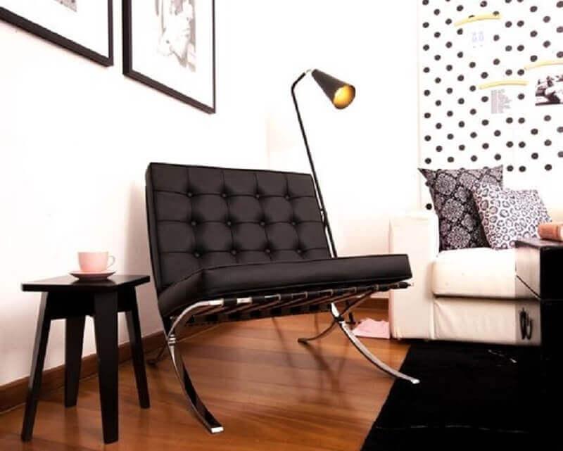 Poltrona preta para sala decorada com luminária de chão