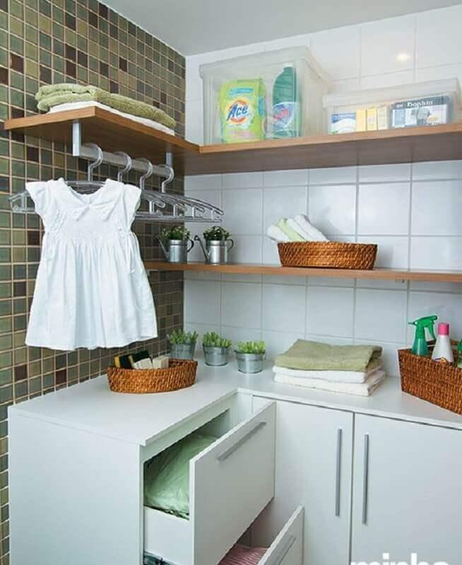 Prateleira de canto para lavanderia simples