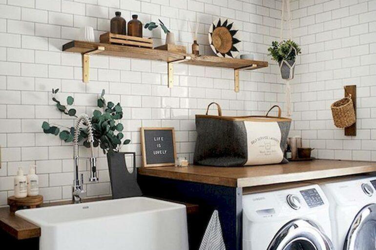 Prateleira de madeira para lavanderia branca e azul decorada com bancada planejada de madeira