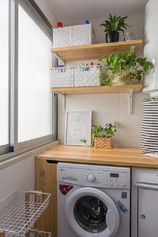 Prateleira de madeira para lavanderia pequena e simples