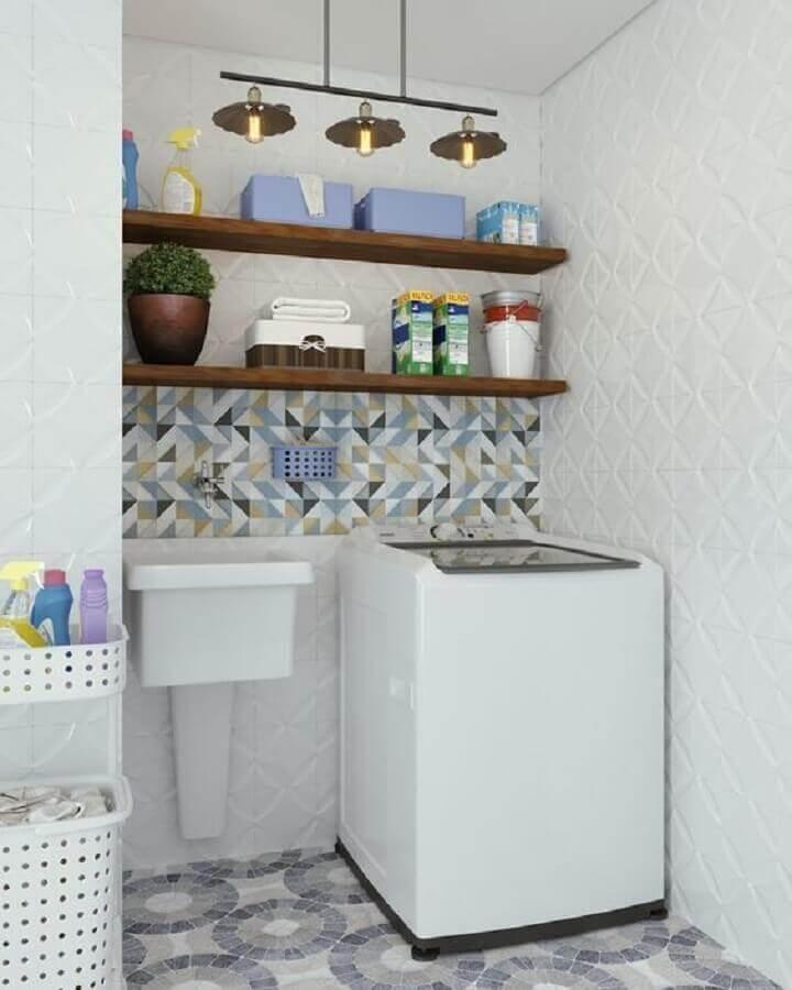 Prateleira de parede para lavanderia decorada com revestimento 3D branco