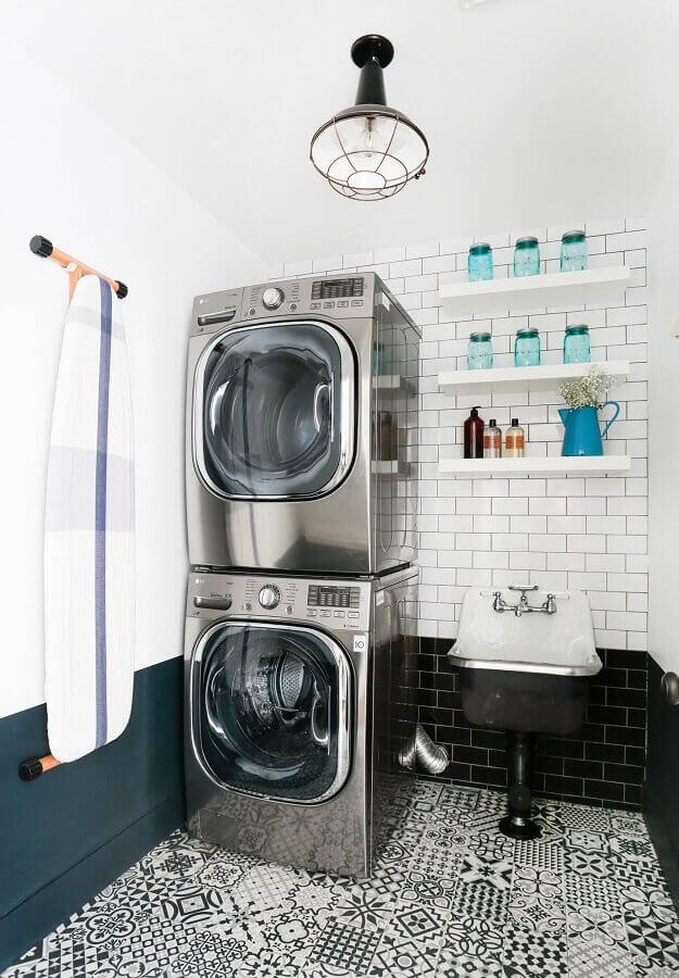 Prateleira de parede para lavanderia decorada preta e e branca