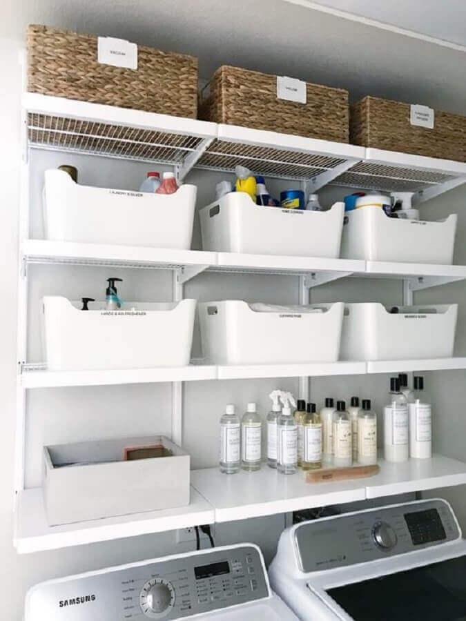 Prateleira para lavanderia decorada com caixas organizadoras