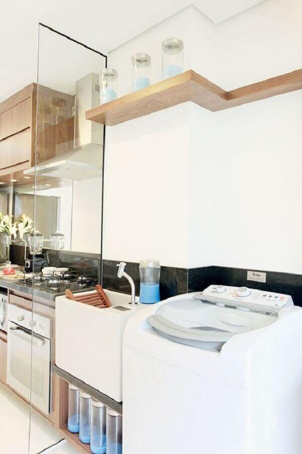 Prateleira para lavanderia integrada com a cozinha com divisória de vidro