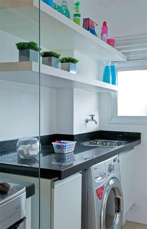 Prateleira para lavanderia pequena decorada com divisória de vidro